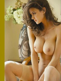 Полностью голая Тиффани Тейлор  в журнале Playboys Nude Playmates фото #4