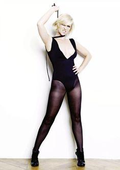 Сексуальная Джоанна Пейдж оголила декольте в журнале FHM фото #2