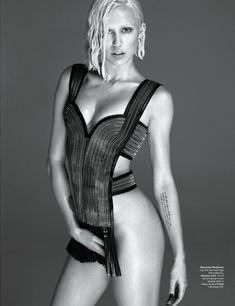 Майли Сайрус обнажила грудь  в журнале W фото #2