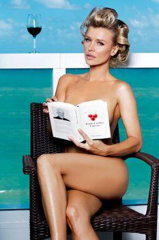 Джоанна Крупа позирует голой в журнале Maxim фото #9