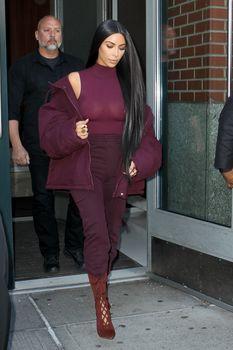 Ким Кардашьян засветила грудь в Нью-Йорке фото #1