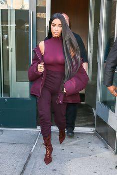 Ким Кардашьян засветила грудь в Нью-Йорке фото #6