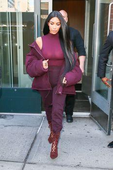 Ким Кардашьян засветила грудь в Нью-Йорке фото #7