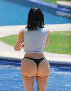 Настоящая жопа Ким Кардашьян в купальнике фото #1