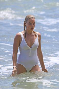 Марго Робби в мокром купальнике на Гавайях фото #1