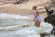 Марго Робби в мокром купальнике на Гавайях фото #7