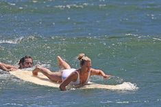Марго Робби в мокром купальнике на Гавайях фото #9