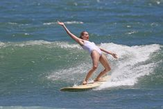 Марго Робби в мокром купальнике на Гавайях фото #12