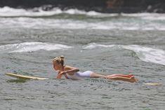 Марго Робби в мокром купальнике на Гавайях фото #15