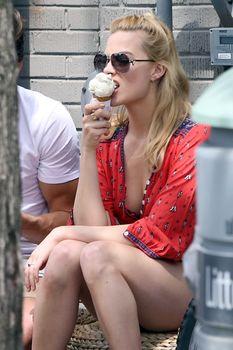 Секси Марго Робби ест мороженное в Торонто фото #4