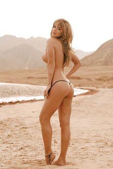 Анна Старшенбаум показала голые сиськи в журнале «Максим» фото #3