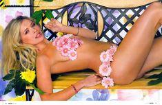 Вера Брежнева прикрывает грудь в журнале Maxim фото #1