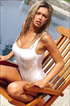 Вера Брежнева в облегающем купальнике фото #1