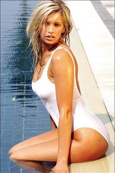 Вера Брежнева в облегающем купальнике фото #2