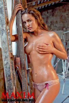Евгения Трофимова засветила сиськи в журнале Maxim фото #2