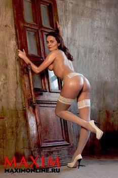 Евгения Трофимова засветила сиськи в журнале Maxim фото #3