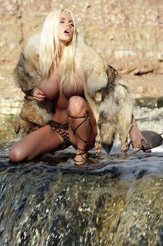 Обнаженная Катя Самбука в шкуре фото #2