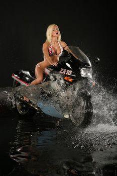 Эротическая фотосессия Кати Самбуки с мотоциклом фото #1