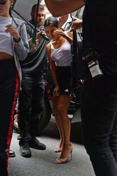 Торчащие соски Ким Кардашьян в мокрой майке фото #2