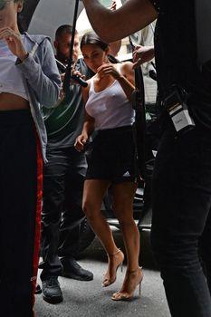 Торчащие соски Ким Кардашьян в мокрой майке фото #3