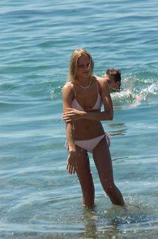 Елена Великанова в бикини на съёмках сериала «Река-море» фото #6