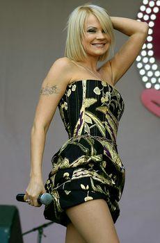 Ирина Ортман случайно засветила трусики на концерте-акции от Avon фото #2