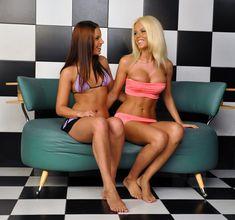 Катя Самбука с голыми сиськами забавляется с подружкой фото #6