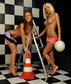 Катя Самбука с голыми сиськами забавляется с подружкой фото #34