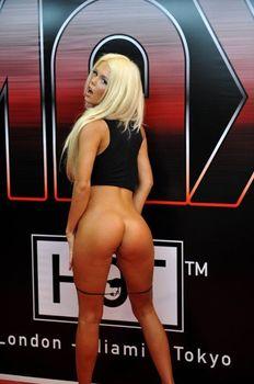Катя Самбука показала голую грудь и попу на London - Miami - Tokyo фото #9