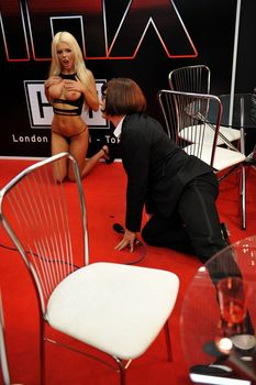 Катя Самбука показала голую грудь и попу на London - Miami - Tokyo фото #10