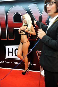 Катя Самбука показала голую грудь и попу на London - Miami - Tokyo фото #12