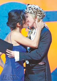 Эротические фото поцелуя Ксении Собчак на церемонии вручения премии «Человек года» фото #2