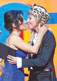 Эротические фото поцелуя Ксении Собчак на церемонии вручения премии «Человек года» фото #3