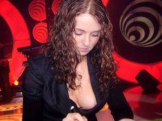 Лена Катина случайно засветила грудь во время автограф-сессии фото #1