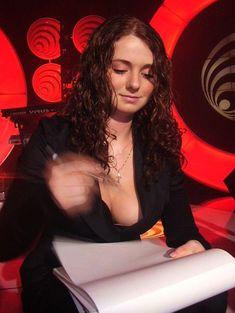 Лена Катина случайно засветила грудь во время автограф-сессии фото #3