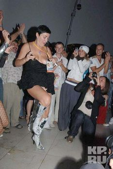 Лолита Милявская случайно засветила грудь во время танца фото #1