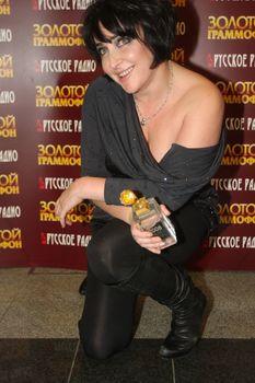 Открытое декольте Лолиты Милявской на вручении премии «Золотой Граммофон» фото #2