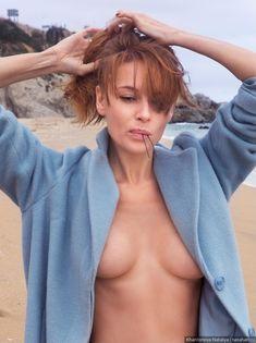 Любовь Толкалина обнажилась на пляже фото #2