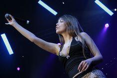 Оксана Почепа с торчащим лифчиком на концерте фото #3