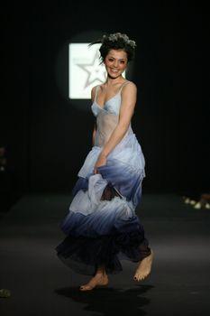 Торчащие соски Сати Казановой на показе мод фото #3