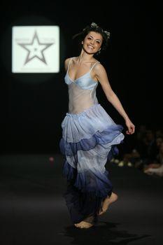 Торчащие соски Сати Казановой на показе мод фото #4