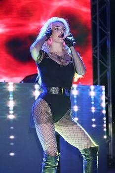 Татьяна Котова в откровенном наряде на концерте в Турции фото #7