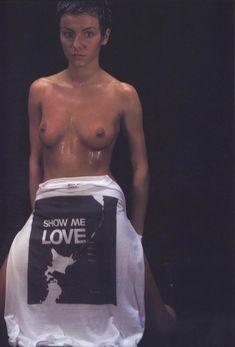 Юлии Волковой показала голую грудь для Show me love фото #2