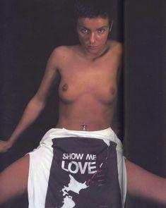 Юлии Волковой показала голую грудь для Show me love фото #3