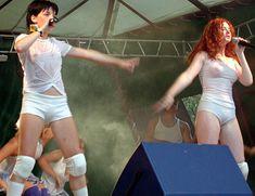 Юлия Волкова засветила грудь на концерте фото #1