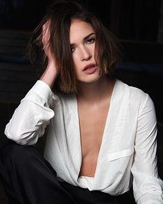 Глубокое декольте Лукерьи Ильяшенко в сексуальном костюме фото #2