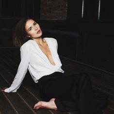 Глубокое декольте Лукерьи Ильяшенко в сексуальном костюме фото #3