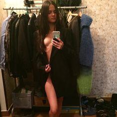 Катя Ли засветила грудь под пиджаком фото #1