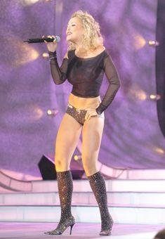 Анжелика Варум в эротическом костюме на сцене фото #3