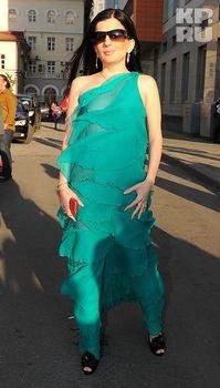Диана Гурцкая засветила сосок сквозь красивое платье фото #4